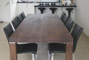 Massief noten tafel